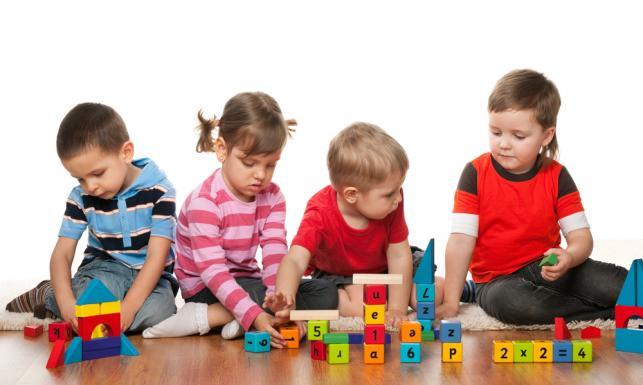 5979840-bawiace-sie-dzieci-643-385